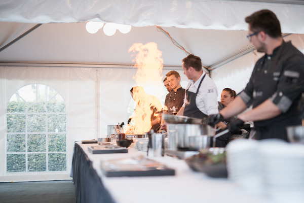 Kochteam flambiert bei der Feier 25 Jahre Projekt-HLS