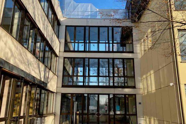 Außenansicht Eingang Staatliches Berufsschulzentrum Wiesau