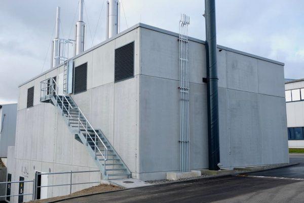 Rückansicht des Neubaus Energiezentrale der Fa. Irlbacher in Schönsee